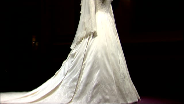 vídeos y material grabado en eventos de stock de kate middleton's wedding dress goes on display at buckingham palace england london buckingham palace wedding dress and veil of kate middleton on... - decapitado