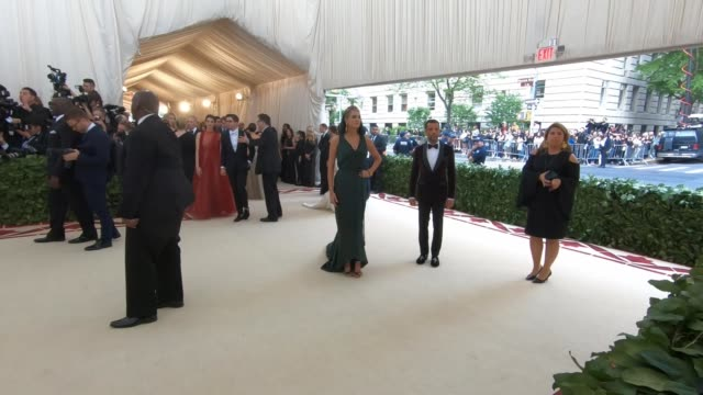 vidéos et rushes de kate upton at heavenly bodies: fashion & the catholic imagination costume institute gala - alternative views at the metropolitan museum of art on may... - gala