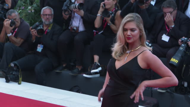kate upton at marriage story - red carpet arrivals - 76th venice film festival at palazzo del casino on august 29, 2019 in venice, italy. - べネチア国際映画祭点の映像素材/bロール