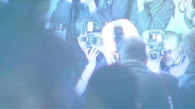 vídeos de stock, filmes e b-roll de kate winslet at the 'the holiday' premiere at ziegfeld theatre in new york new york on november 29 2006 - o amor não tira férias título de filme