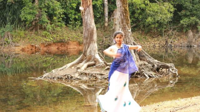 vídeos de stock e filmes b-roll de kathak dancer performing - arte, cultura e espetáculo