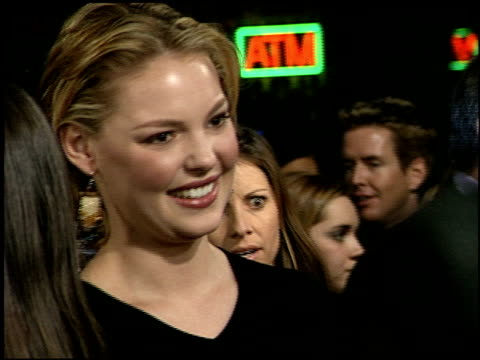 katherine heigl at the 'valentine' premiere at grauman's chinese theatre in hollywood california on february 1 2001 - mann theaters stock-videos und b-roll-filmmaterial