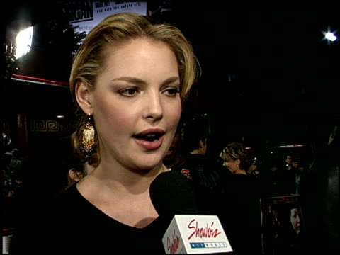 katherine heigl at the 'valentine' premiere at grauman's chinese theatre in hollywood, california on february 1, 2001. - マン・シアターズ点の映像素材/bロール