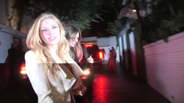 katheryn winnick greets fans while departing the 2013 vanity fair and juicy couture celebration in west hollywood 02/18/13 katheryn winnick greets... - 2013 stock-videos und b-roll-filmmaterial