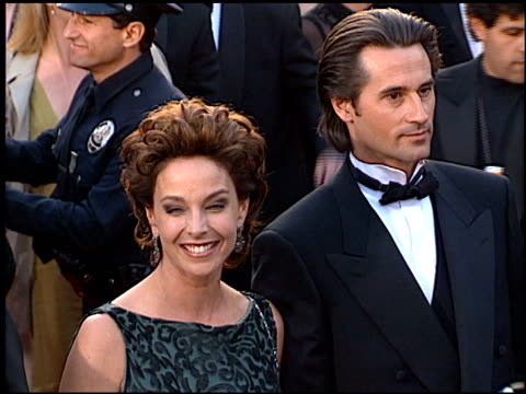 vídeos de stock e filmes b-roll de kathleen quinlan at the 1996 academy awards arrivals at the shrine auditorium in los angeles california on march 25 1996 - 68.ª edição da cerimónia dos óscares