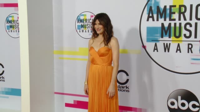 kathryn hahn at 2017 american music awards on november 19 2017 in los angeles california - american music awards video stock e b–roll