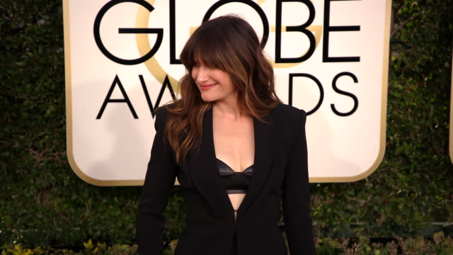 kathryn hahn at 74th annual golden globe awards arrivals at the beverly hilton hotel on january 08 2017 in beverly hills california 4k - ビバリーヒルトンホテル点の映像素材/bロール