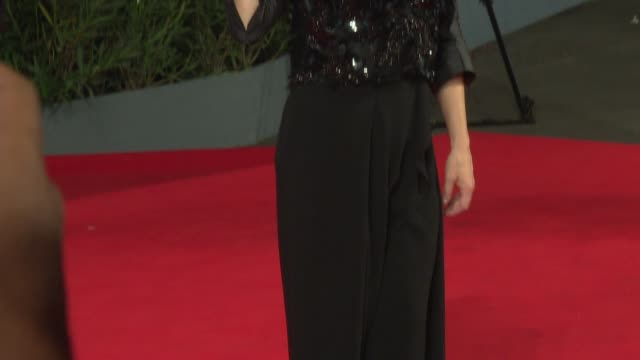 kathryn hahn at 'she's funny that way' red carpet - 71st venice international film festival at palazzo del cinema on august 29, 2014 in venice, italy. - she's funny that way点の映像素材/bロール