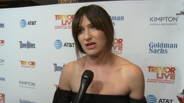 kathryn hahn on the event at the trevor project's 2016 trevorlive in los angeles, ca 12/4/16 - キャスリン ハーン点の映像素材/bロール