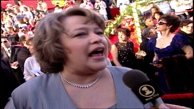 kathy bates discussing andrea bocelli on the 71st academy awards red carpet - oscarsgalan 1999 bildbanksvideor och videomaterial från bakom kulisserna