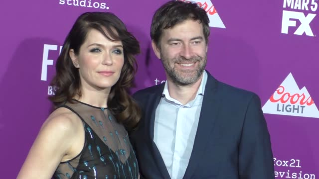 "vídeos y material grabado en eventos de stock de katie aselton & mark duplass at the premiere of fx network's ""feud: bette and joan"" at tcl chinese theatre on march 01, 2017 in hollywood, california. - tcl chinese theatre"