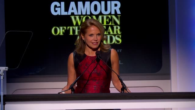 stockvideo's en b-roll-footage met katie couric introduces barbra streisand at glamour magazine's 23rd annual women of the year awards event at the carnegie hall on 11/11/13 in new... - barbra streisand