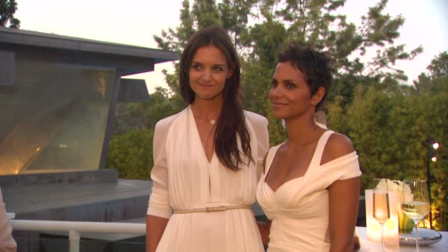 vídeos y material grabado en eventos de stock de katie holmes and halle berry at the tiffany co and frank gehry debut the gehry watercolor collection for tiffany co at los angeles ca - halle berry