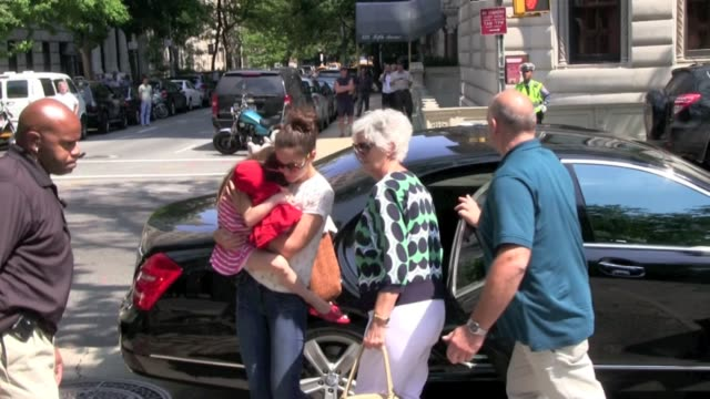 katie holmes and suri cruise at central park zoo katie holmes and suri cruise at central park zoo at central park zoo on july 11 2012 in new york new... - central park zoo stock-videos und b-roll-filmmaterial