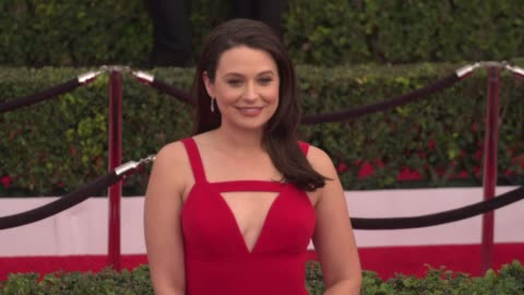 vidéos et rushes de katie lowes at the 22nd annual screen actors guild awards - arrivals at the shrine auditorium on january 30, 2016 in los angeles, california. 4k... - shrine auditorium