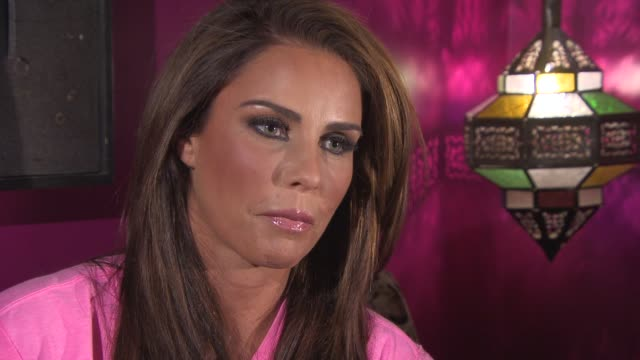 vídeos y material grabado en eventos de stock de katie price on being inspiring and honest rather than a feminist, how she'll return top botox, her future plans for product endorsements and her love... - cirugía plástica