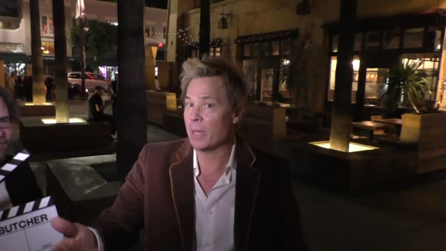 kato kaelin talks about o.j. simpson tv show goes to see movie at egyptian theatre in hollywood in celebrity sightings in los angeles, - o・j・シンプソン点の映像素材/bロール