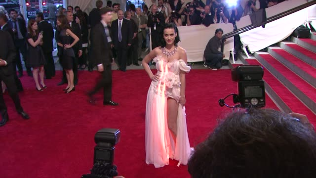 vídeos de stock, filmes e b-roll de katy perry at the 'american woman fashioning a national identity' met gala arrivals at new york ny - 2010