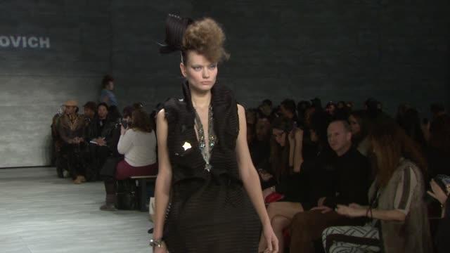 vídeos de stock e filmes b-roll de clean katya leonovich fall 2014 mercedesbenz fashion week at the pavilion at lincoln center on in new york city - casa de jardim