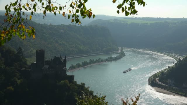 katz castle and loreley rock, st. goarshausen, rhine valley, rhineland-palatinate, germany, europe - rhein stock-videos und b-roll-filmmaterial