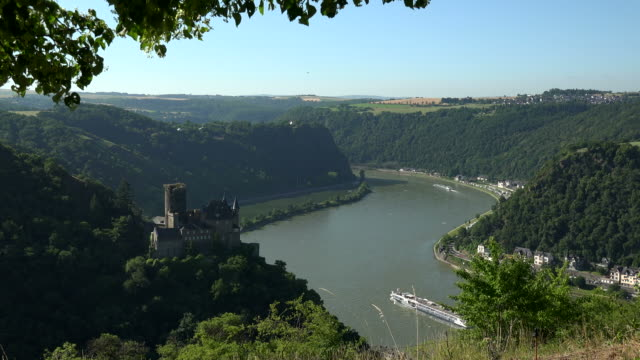 katz castle, rhine river and loreley rock near st. goarshausen, rhine valley, rhineland-palatinate, germany - rhein stock-videos und b-roll-filmmaterial
