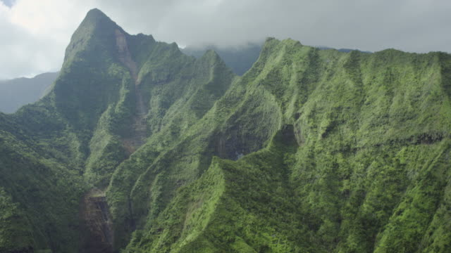 kauai, hawaii napali coast in the mountains, aerial shot - ledge stock videos & royalty-free footage