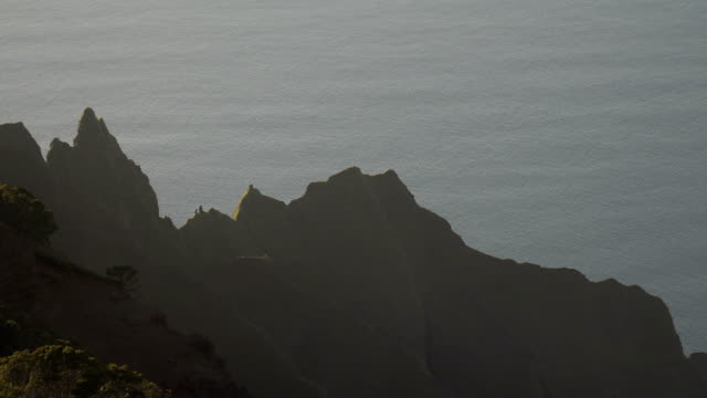 kauai island spines of mountains against ocean backdrop - butte rocky outcrop stock videos & royalty-free footage