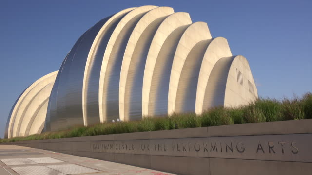 kauffman center for the performing arts modern building exterior in kansas city, missouri - kunst, kultur und unterhaltung stock-videos und b-roll-filmmaterial