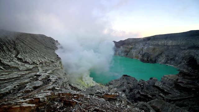 vídeos y material grabado en eventos de stock de lago de azufre kawah ijen - java