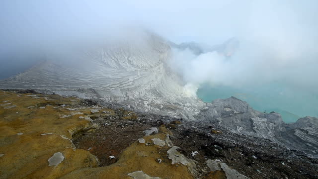 vídeos de stock, filmes e b-roll de montanha da cratera do vulcão kawah ijen natureza viagens lugar da indonésia - fire natural phenomenon