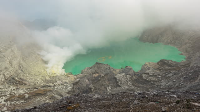 kawah ijen 火山はすべての時間、インドネシアをガスを噴出していました - 噴気孔点の映像素材/bロール