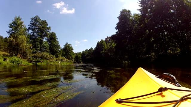Kajak Navigation durch eine waterway.