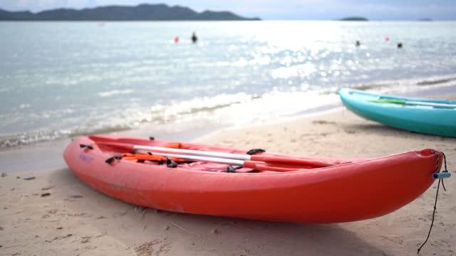 vídeos y material grabado en eventos de stock de kayak en la playa de la isla tropical. vacaciones y vacaciones. - soledad