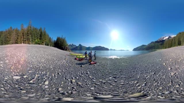 vídeos de stock e filmes b-roll de kayak prep - panorama equiretangular
