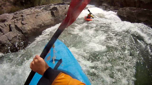 vídeos de stock e filmes b-roll de pov of kayaker descending mountain river, following teammate - kayaking