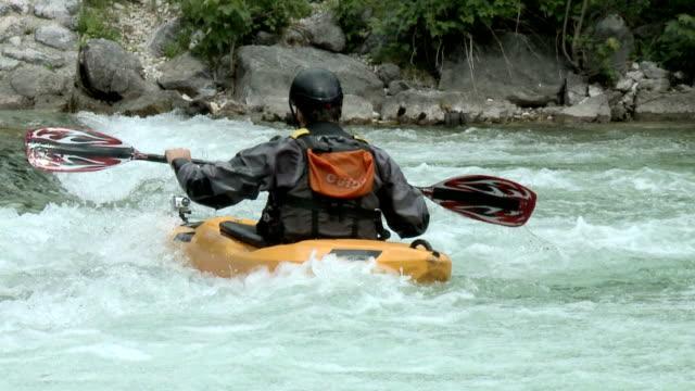 HD-SLOW-MOTION: Kajakfahrer tun Inukshuk roll