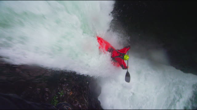 kayaker drops down waterfall - wildwasser fluss stock-videos und b-roll-filmmaterial