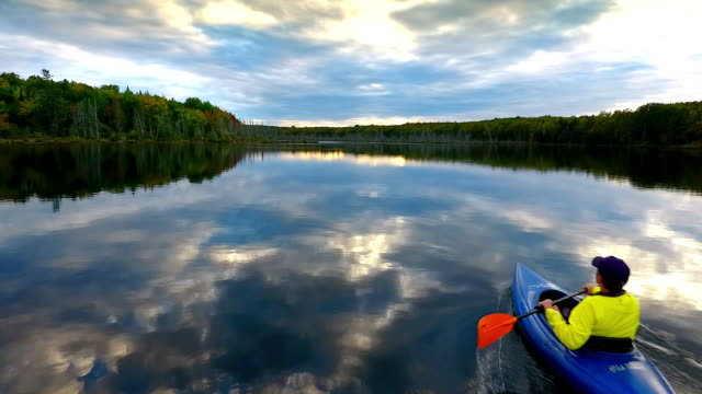 vídeos de stock, filmes e b-roll de kayaker on remote lake in the upper peninsula of michigan from above - michigan