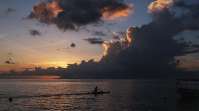 vidéos et rushes de kayaker on the ocean - île d'huahine