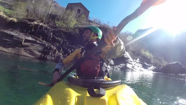 kajaker paddelt auf alpinen fluss durch schlucht - kajakdisziplin stock-videos und b-roll-filmmaterial