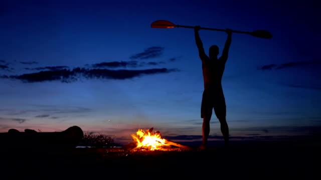 WS Kajakfahrer freudige Feierlichkeit am Lagerfeuer