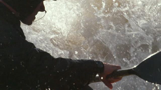 vídeos de stock e filmes b-roll de slo mo cu tu kayaker swimming in river rapids, glenwood springs, colorado, usa - só homens maduros