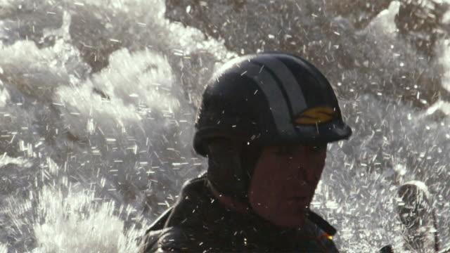vídeos de stock e filmes b-roll de slo mo cu tu td kayaker swimming in river rapids, glenwood springs, colorado, usa - só homens maduros