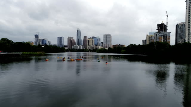vídeos de stock e filmes b-roll de kayakers at town lake in austin texas usa perfect mirrored reflections - town