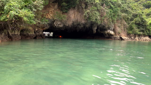 vídeos de stock e filmes b-roll de kayakers paddling among the islands of ha long bay - kayaking