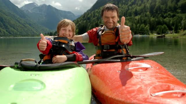vidéos et rushes de hd: les kayakistes montrant thumbs up - kayak sport