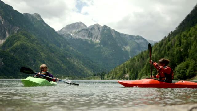 vidéos et rushes de hd: les kayakistes éclabousser avec pagaie - kayak sport