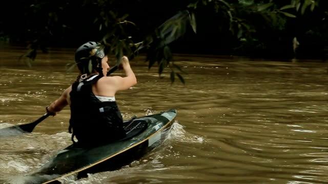 vidéos et rushes de kayak est un sport passionnant et amusant - pagayer
