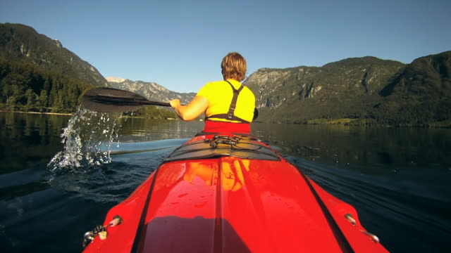 hd slow-motion: kayak in una splendida giornata. - pagaiare video stock e b–roll