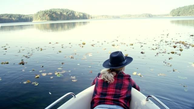 晴れた秋の日にカヤック - リフレクション湖点の映像素材/bロール
